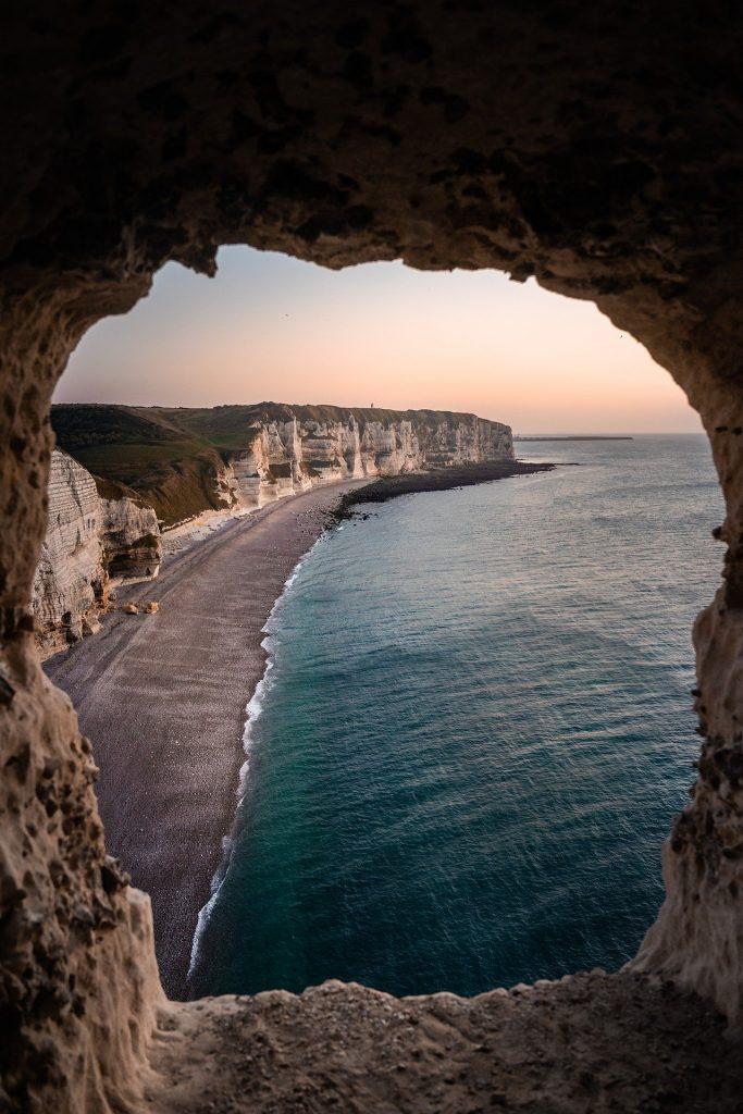 Trou dans une falaise dévoilant un magnifique bord de plage