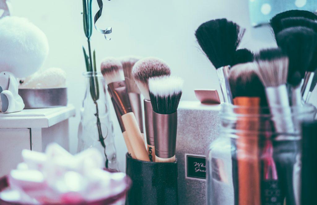 coiffeuse, produirs de soin et de maquillage