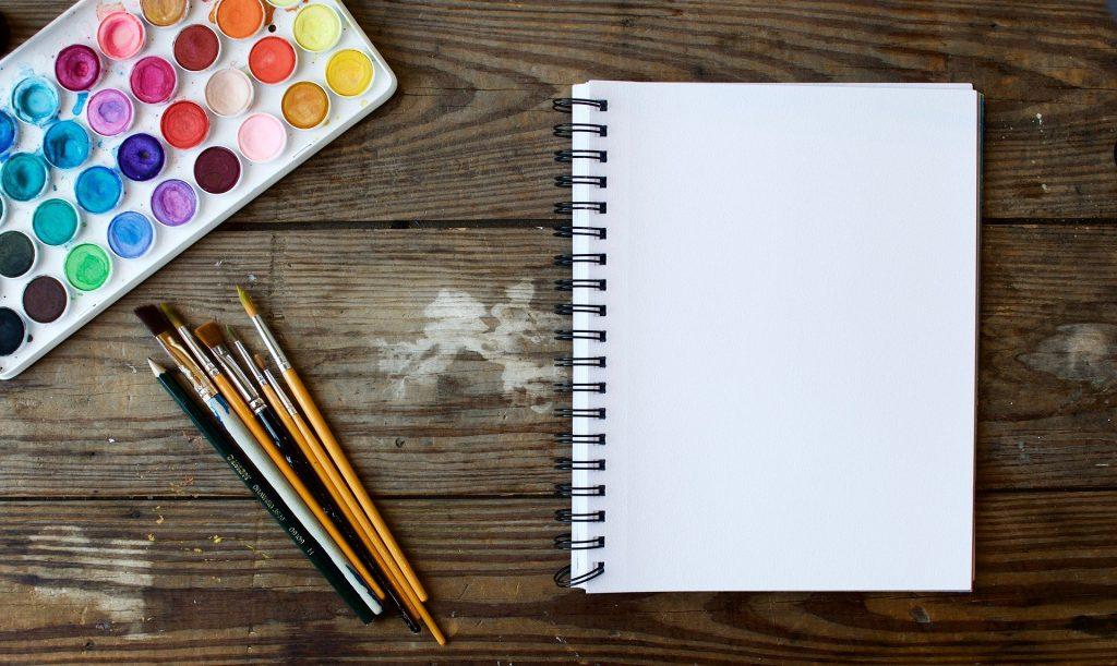 Palette de peinture pinceaux et cahier de dessin