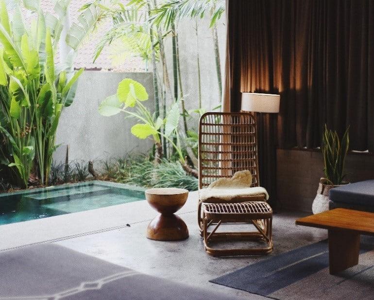 espace zen avec fauteuil et piscine