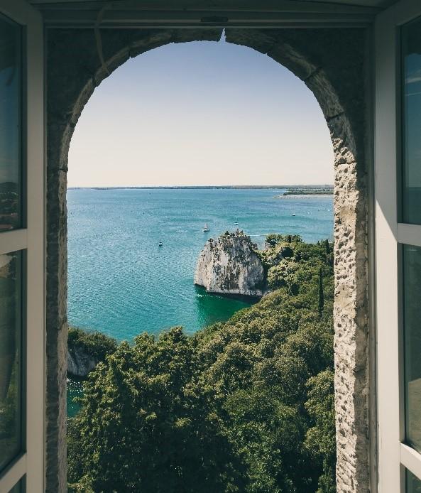 Vue mer à travers une porte