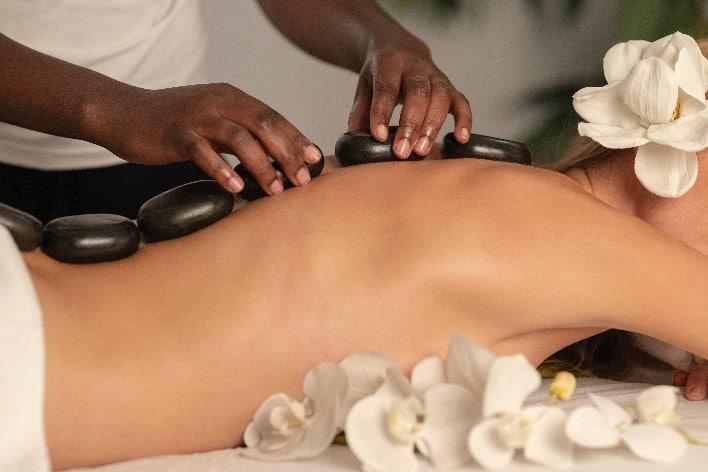 femme recevant un massage aux pierres volcaniques